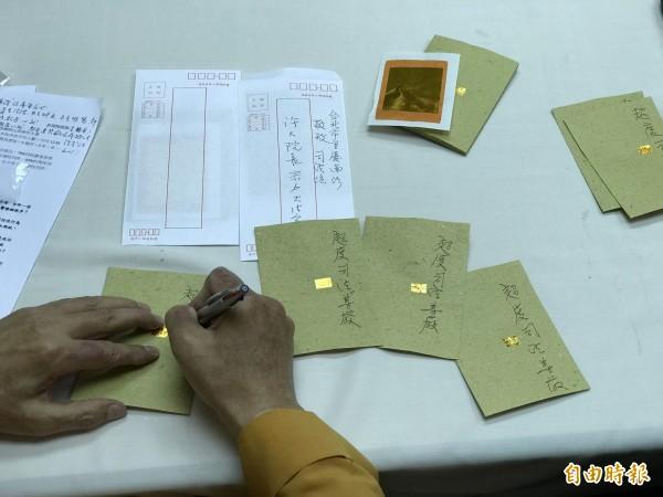 中華民國宗教與和平協進會理事長釋淨耀法師,當場幫冥紙念咒,並寫下超渡司法尊嚴。(記者陳炳宏攝)