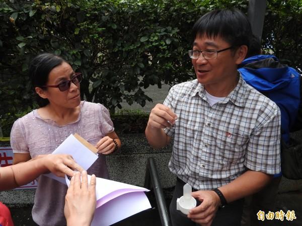 國立彰化師範大學生物系副教授林宗岐(右)向國姓鄉親講解琉璃蟻的防治方法。(記者佟振國攝)