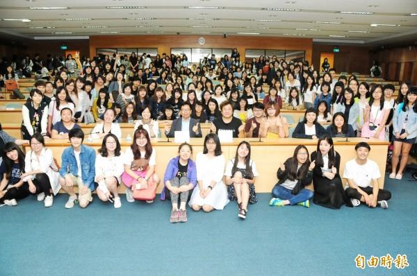 金鐘導演瞿友寧來開講,受到靜宜大學學生熱烈歡迎。(記者歐素美攝)