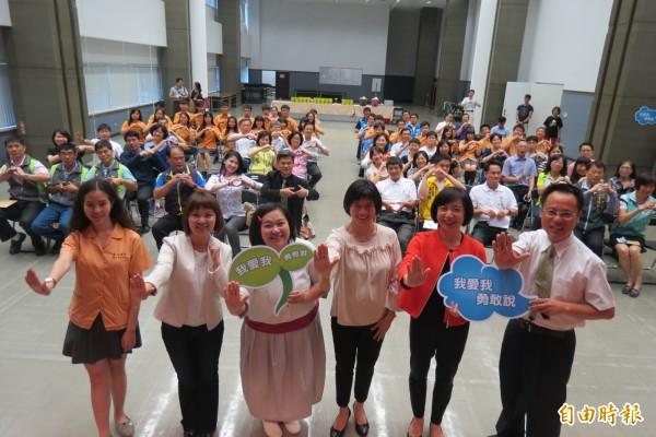 多名女性來賓用自我過來人經驗分享教學生自我保護意議的重要。(記者蘇孟娟攝)