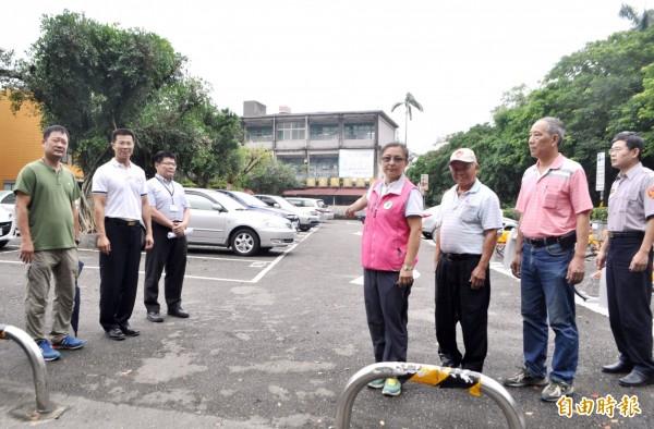 桃園市議員陳治文(右4)辦理大溪老街停車場會勘。(記者李容萍攝)