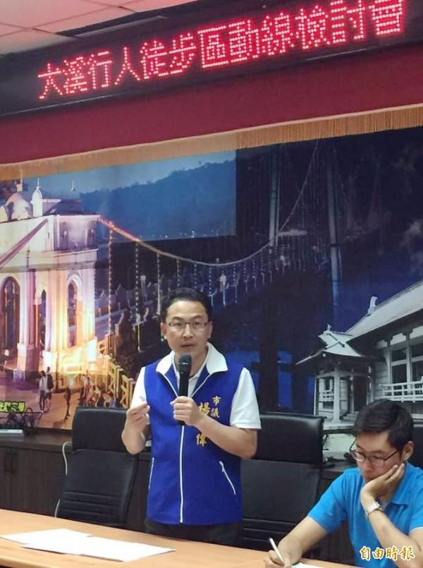 桃園市議員楊朝偉(左)召開大溪行人徒步區動線檢討會。(記者李容萍攝)