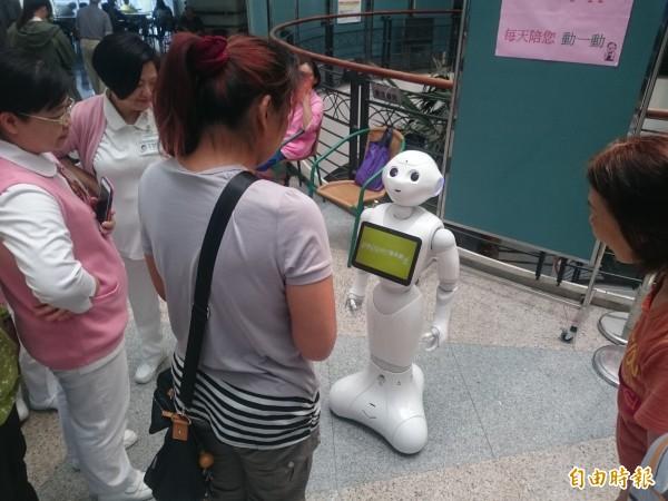 童綜合醫院引進機器人提供醫藥查詢等服務,很吸睛。 (記者歐素美攝)