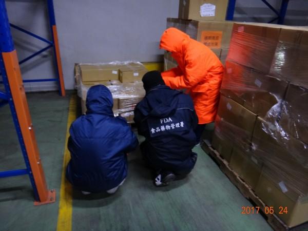高市衛生局前往仁武某物流倉庫查獲北市福有公司寄庫貯放的逾期「斑節對蝦」2批,合計1041公斤全數封存。(衛生局提供)