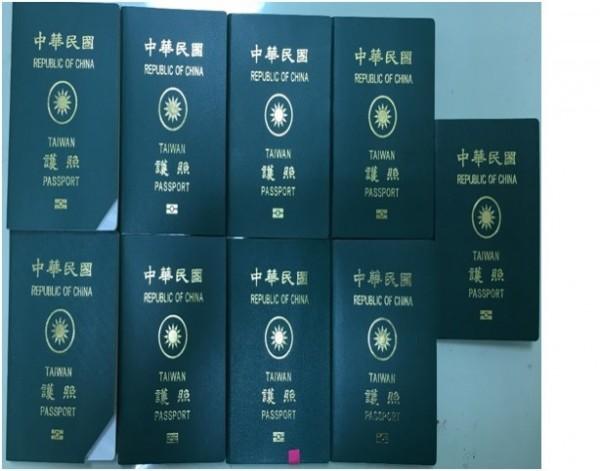 該批越南籍兒童及少年非法取得的中華民國護照正本。(記者廖淑玲翻攝)