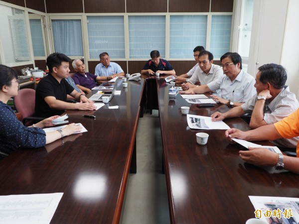 oBike公司人員在草屯鎮公所,與地方溝通投放點位置。(記者陳鳳麗攝)