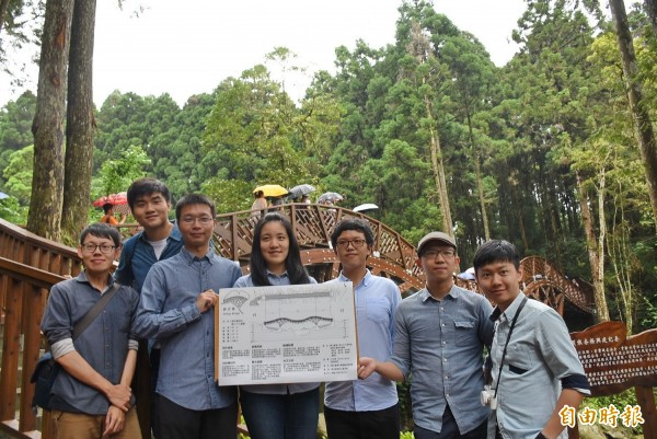 由台大土木系學生合力設計的溪頭「銀杏橋」,歷經3年努力終於落成啟用。(記者劉濱銓攝)