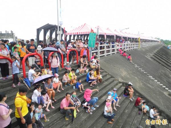 竹南龍舟賽吸引不少民眾前往觀賞。(記者許展溢攝)