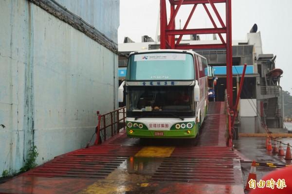 麗娜輪今天抵達蘇澳港,遊覽車下船準備載客。(記者林敬倫攝)