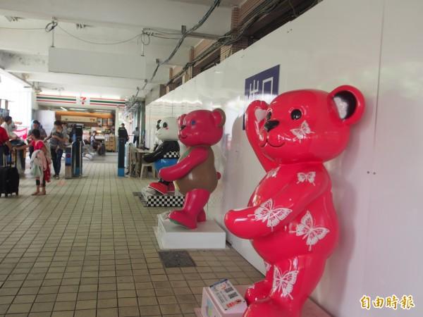 泰迪熊進駐台東火車站。(記者王秀亭攝)