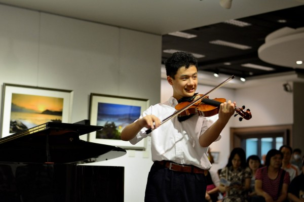 賴翔緯喜歡音樂,鋼琴、小提琴都有優異表現。(賴翔緯媽媽提供)