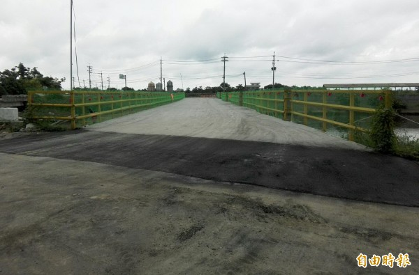 文瑞橋一旁的鋼構臨時便橋今天開放通行了。(記者楊金城攝)