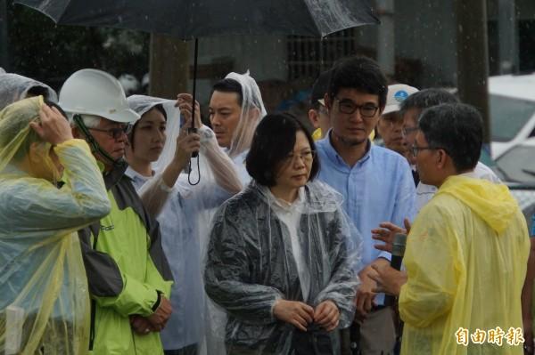 總統蔡英文冒雨視查雲林水災。(記者詹士弘攝)