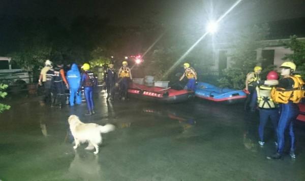 溪州鄉榮光村凌晨積水及腰,消防隊出動橡皮艇協助居民進行撤離。(記者陳冠備翻攝)