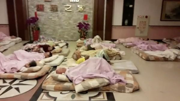 松柏長照中心48名長者昨晚緊急安置名倫護理之家。(記者陳冠備翻攝)