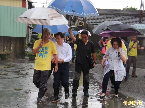 彰化縣長魏明谷(左2)與溪州鄉長黃盛祿(左1)等人前往災區勘災。(記者陳冠備攝)