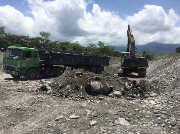 鄭姓怪手司機被活埋在砂石堆中,翻倒的砂石車已經扶起。(花蓮縣消防局提供)