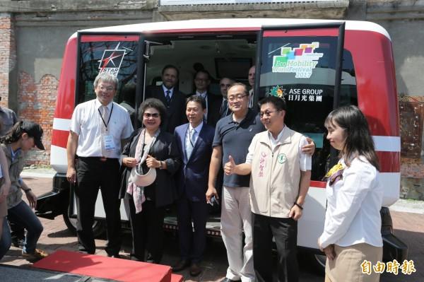 高雄市長陳菊(左二)試乘無人駕駛小巴。(記者張忠義攝)