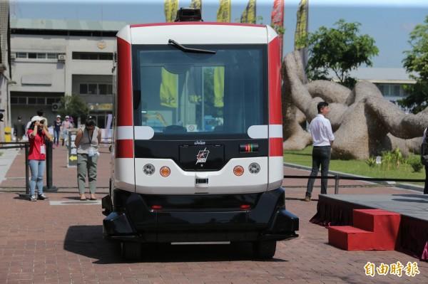 無人駕駛小巴連日來在駁二進行測試。(記者張忠義攝)