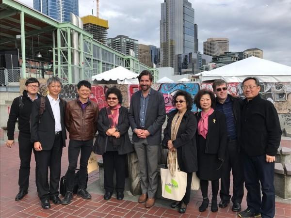 高雄市長陳菊(左四)率市府團隊,參訪西雅圖濱海專案計畫。(高雄市政府提供)
