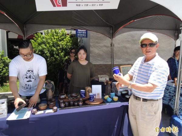 苗栗市長邱炳坤(右)也到場,協助推銷客家陶藝文創商品。(記者張勳騰攝)