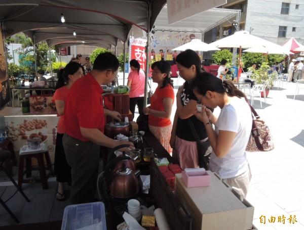 不少民眾到場參與客家文創市集,品嘗在地好茶。(記者張勳騰攝)