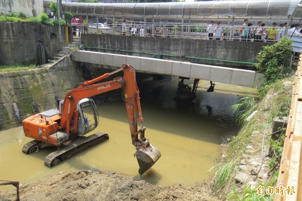 6月2日豪大雨造成大武崙溪溪水溢流越堤,水利署正加強武崙溪河床疏濬。(記者俞肇福攝)