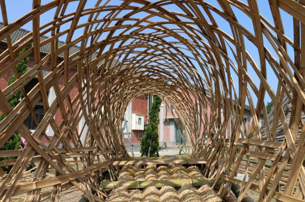 淡江大學建築系學生在淡水海關碼頭草坪上利用竹子裝置各式小涼亭,即日起展出。(淡大提供)