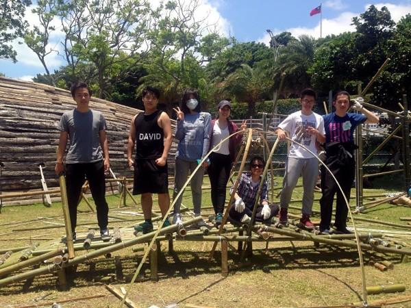 淡江大學建築系學生在淡水海關碼頭草坪上利用竹子裝置了像月亮、球體、花朵、魚簍、波浪等1坪大的小涼亭。(淡大提供)