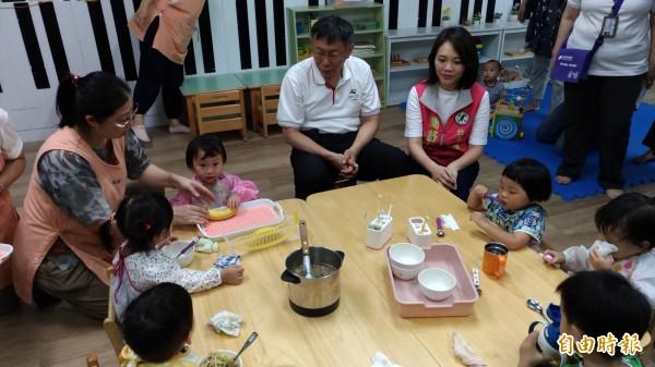 台北市長柯文哲今上午參訪興華國小,看小朋友吃點心。(記者張議晨攝)