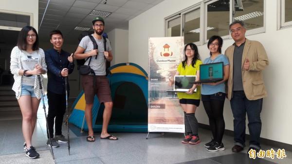清華大學外籍生在資訊系統與應用的課程中,設計吃喝玩樂的分享平台,學生透過APP系統解決食物過剩,或戶外旅遊及共餐等問題,用科技解決生活問題。(記者洪美秀攝)