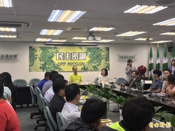 游錫堃今天出席「民主密訓」(DPP Mission)課程第一堂「從黨外到組黨」,替黨工上課。(記者蘇芳禾攝)