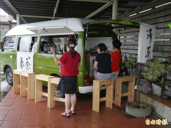 行動茶車免費環島奉茶,十四日來到外埔。(記者張軒哲攝)