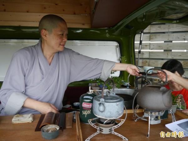 釋宗禪駕駛行動茶車免費環島奉茶。(記者張軒哲攝)
