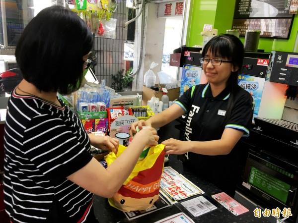 民眾購物自備購物袋,可以減少塑膠袋使用量。(記者何玉華攝)