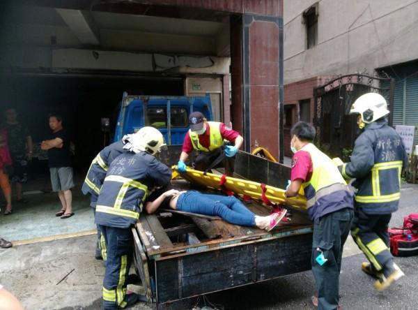 女子掉在貨車車斗,送醫急救。(記者王宣晴翻攝)
