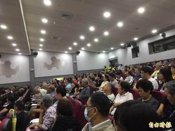 儘管今天上午台北地區大雨,「輕鬆甩油 遠離三高」健康講座現場仍座無虛席。(記者周彥妤攝)