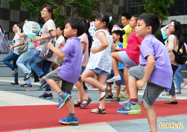 台南市家暴防治月活動,現場小朋友一起跳反暴舞。(記者蔡文居攝)