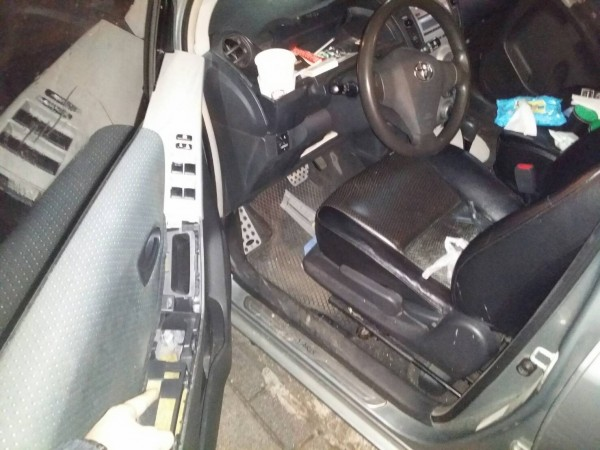 毒販將毒品藏在駕駛座側把手。(記者鄭景議翻攝)