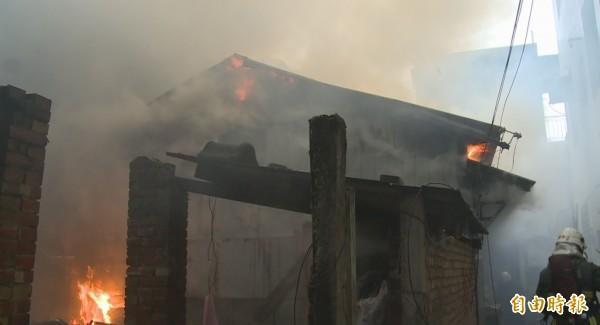 苗栗市中山路鐵皮屋發生火警,現場火舌、濃煙四竄。(記者張勳騰攝)