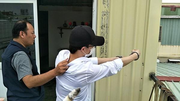 彭男向警方表示如何攀爬入內。(記者陳文嬋翻攝)