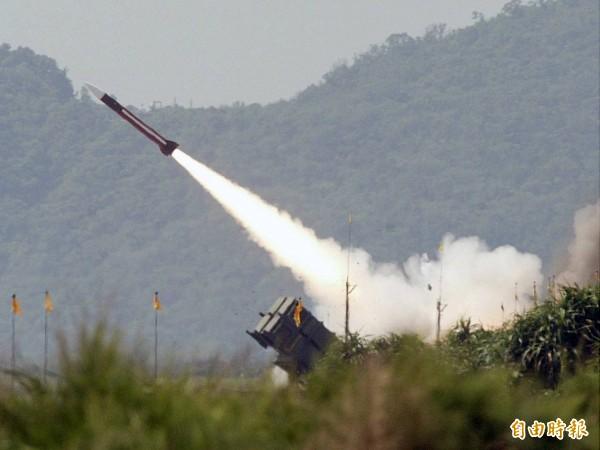 軍方今晨進行精準彈藥射擊操演,由愛國者二型飛彈,成功攔截模擬敵軍飛彈的天弓二型飛彈。圖為軍方過去進行愛國者二型飛彈實彈射擊畫面。(圖:本報資料照)。