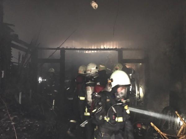 苗栗市中山路651巷內一間鐵皮加蓋平房,上午8點左右發生火警,因屋內堆置許多雜物,燃燒迅速,平房被大火吞噬。(記者彭健禮翻攝)