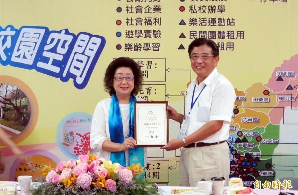 高雄教育局榮獲行政院政府服務品質獎,由局長范巽綠(左)代表接受。