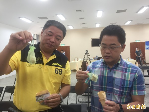 縣長黃健庭(右)、東區農總幹事李建通頻誇在地產品優良。(記者張存薇攝)