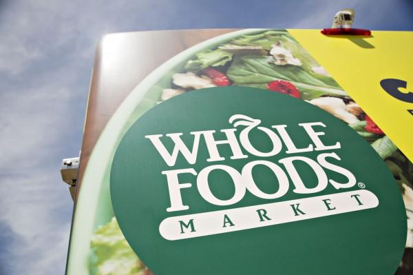 亞馬遜買下美國有機食品連鎖超市Whole Foods,彭博引述熟知公司內部消息來源指,亞馬遜預計將採用新科技取代收銀員的方式裁員。(彭博)