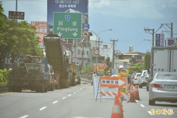 高屏大橋南下引道施工封閉,造成車輛塞車。(記者葉永騫攝)