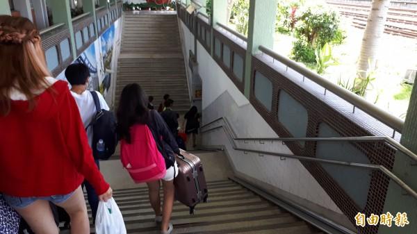 知本車站目前沒有電梯,旅客提大行李走階梯,連年輕女孩也很吃力。(記者黃明堂攝)
