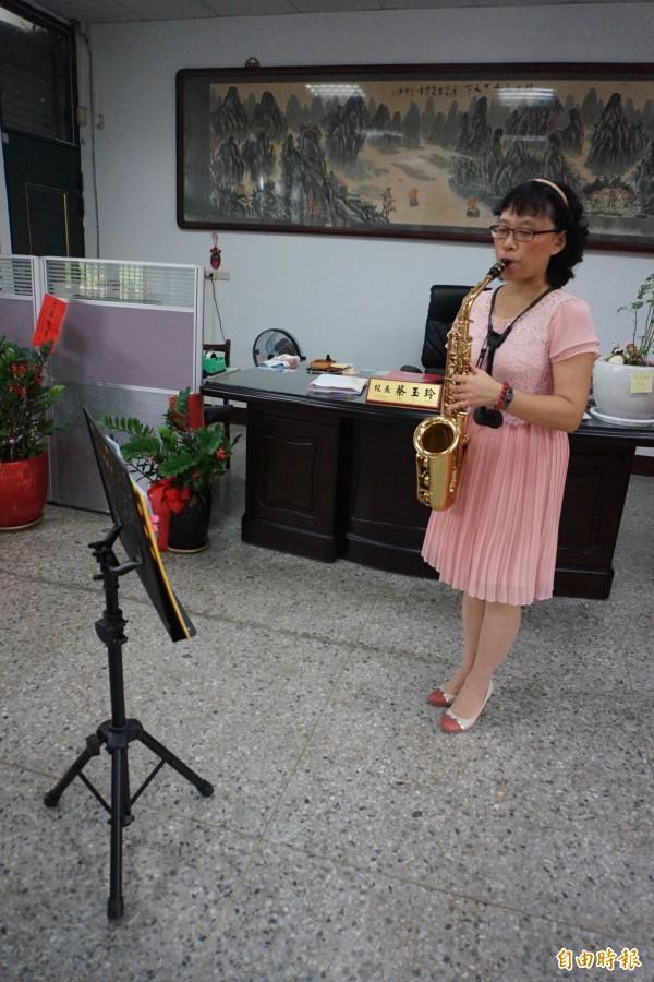 潭子國中校長蔡玉玲利用午休時間在辦公室練習吹奏薩克斯風。(記者歐素美攝)