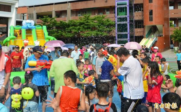 員林市公所每年暑假開始舉辦「潑水活動」。(記者顏宏駿攝)